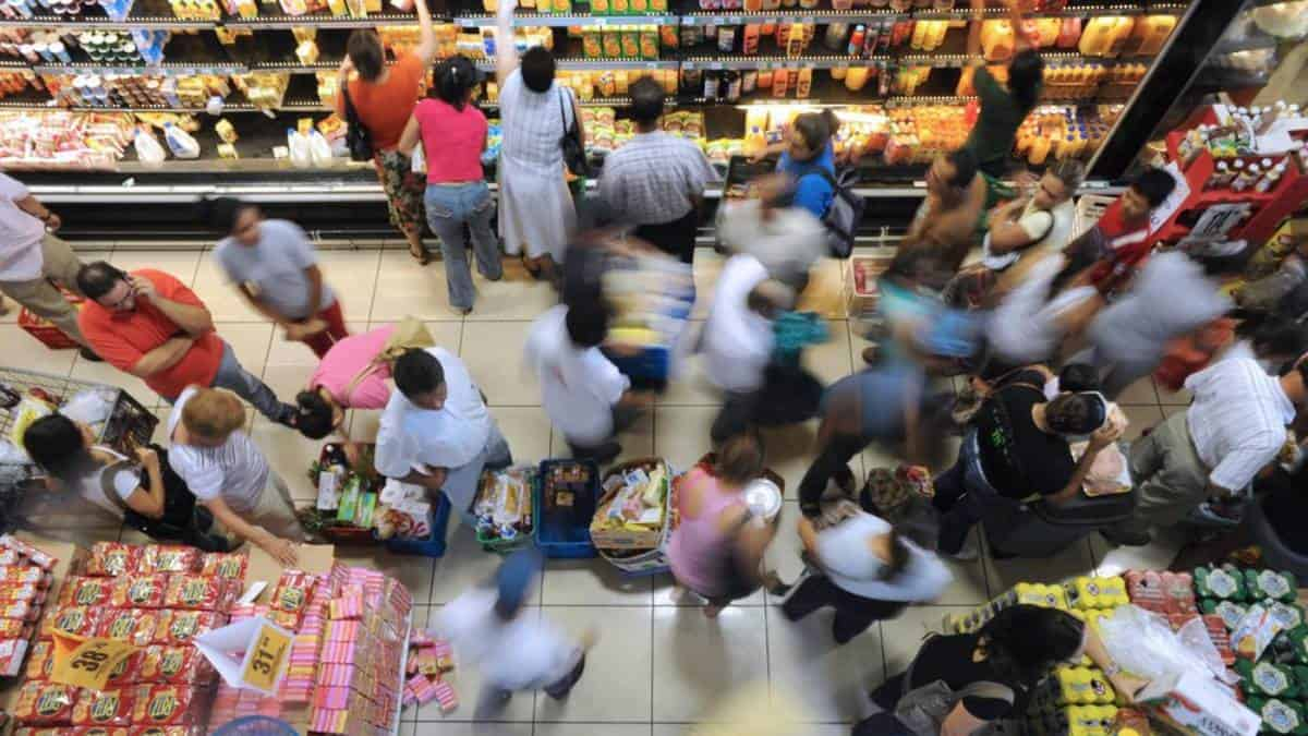 Cheques de estímulos impulsan ventas minoristas en EE.UU.