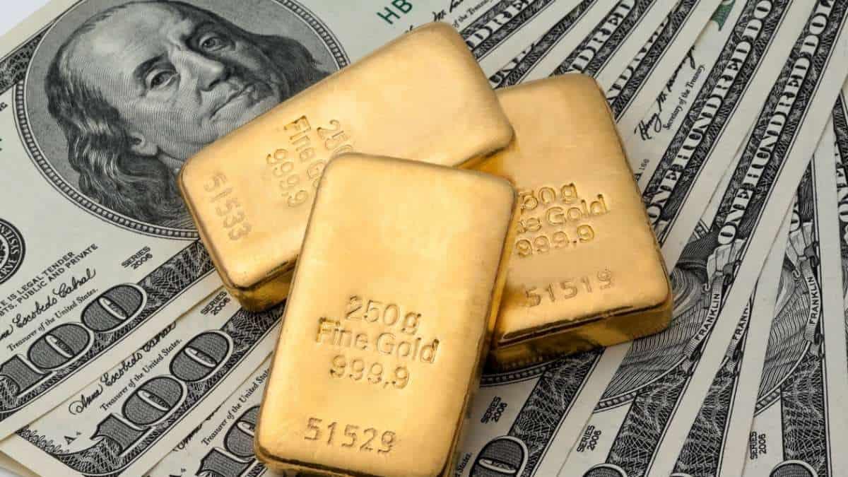 Precio del oro cerca de máximos mensuales de casi una década