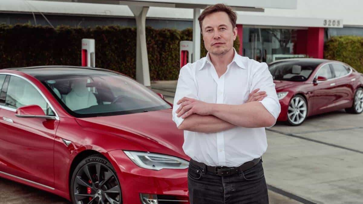 Acciones de Tesla suben tras nuevo software de conducción