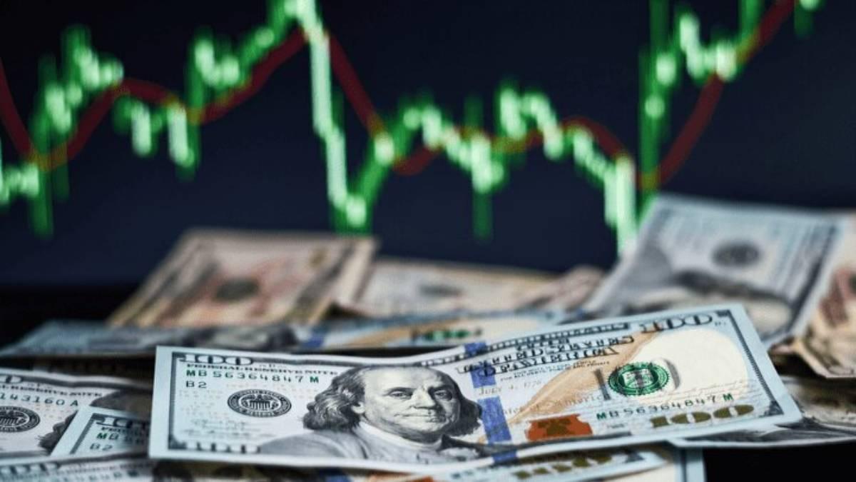 Dólar sigue firme y cerca de su máximo tras cifras de ventas
