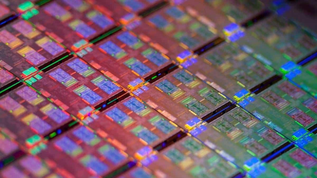 Escasez de chips global afecta a Apple y sector automotriz