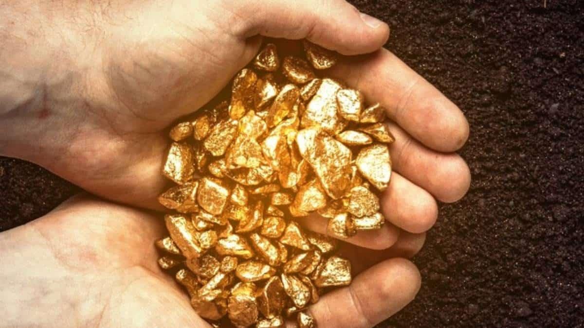 Oro cae por fortaleza del dólar, datos de empleo en EE.UU.